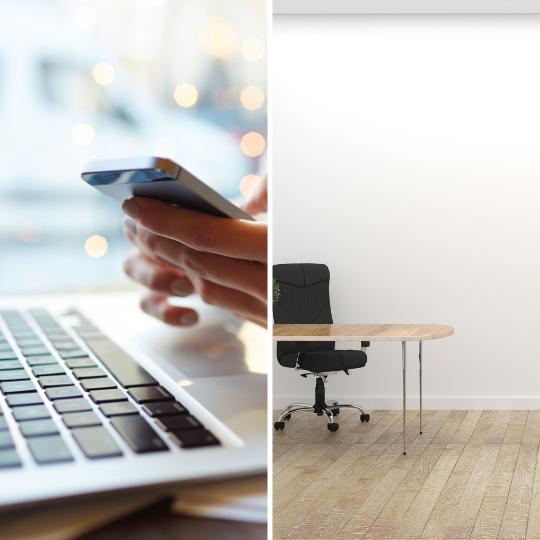 laptop toetsenbord, mobiele telefoon, bureau en bureaustoel